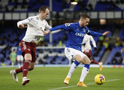 Dù được đá ở sân nhà, Arsenal (áo sáng) vẫn khó vượt qua được Everton